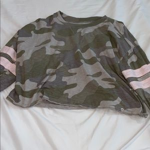 Long sleeve cropped camo Hollister top